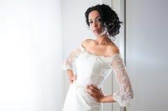 Mulher preta nova com vestido de casamento imagens de stock royalty free