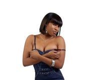 Mulher preta nova na segmentação mostrando superior azul Fotos de Stock Royalty Free