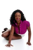 Mulher preta nova que inclina-se em suas mãos Fotografia de Stock Royalty Free