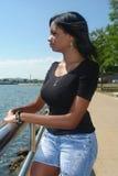 Mulher preta pelo lago michigan imagem de stock
