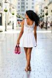 Mulher preta, penteado afro, andando com os pés descalços Fotografia de Stock Royalty Free