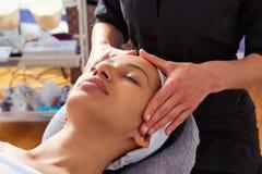 Mulher principal da massagem com fisioterapeuta imagens de stock