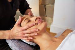 Mulher principal da massagem com fisioterapeuta foto de stock royalty free