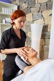 Mulher principal da massagem com fisioterapeuta fotografia de stock royalty free