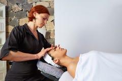 Mulher principal da massagem com fisioterapeuta imagem de stock royalty free