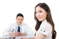 A mulher procura um doutor fotos de stock royalty free
