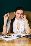 Mulher profissional bonita que trabalha no escritório foto de stock royalty free