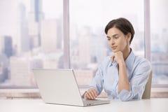 Mulher profissional com computador portátil fotografia de stock royalty free