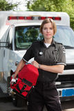Mulher profissional do EMS com unidade do oxigênio imagem de stock