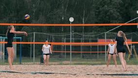 Mulher profissional do saque do voleibol no competiam da praia A rede do voleibol o jogador obstrui a vista ao aplicar-se vídeos de arquivo