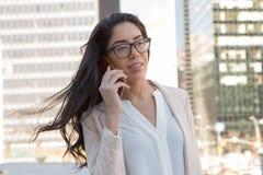 Mulher profissional latin nova com vidros na cidade fotografia de stock