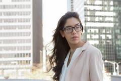 Mulher profissional latin nova com vidros na cidade imagem de stock royalty free
