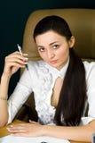 Mulher profissional que trabalha no escritório fotografia de stock royalty free