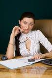 Mulher profissional que trabalha no escritório foto de stock