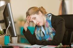 Mulher profissional virada ou furada em um escritório criativo fotos de stock royalty free