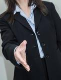 Mulher pronta para a agitação da mão Fotografia de Stock