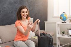 Mulher pronta para o curso, sentando-se com mala de viagem foto de stock royalty free