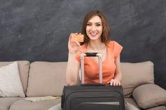 Mulher pronta para o curso, sentando-se com mala de viagem imagem de stock royalty free