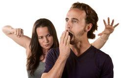 Mulher pronta para perfurar o homem de bocejo imagem de stock royalty free