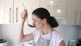 A mulher prova a sopa antes do serviço video estoque