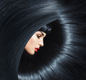Mulher pura nova com penteado na moda foto de stock