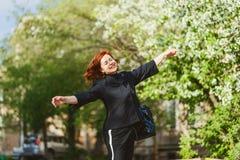Mulher quarenta-ano-velha alegre feliz exterior fotos de stock