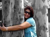 Mulher que abraça a árvore Fotos de Stock Royalty Free