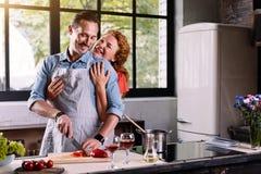 Mulher que abraça o homem da parte traseira Imagem de Stock Royalty Free