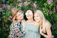 Mulher que abraça-se no abraço próximo ao rir e ao sorrir imagens de stock royalty free
