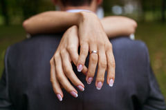 Mulher que abraça um homem no parque Imagens de Stock Royalty Free