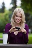 Mulher que actualiza o status no telefone móvel foto de stock royalty free