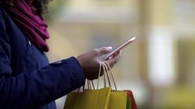 Mulher que adiciona bens desejados para cart em aplicações em linha da loja, compra móvel Fotografia de Stock Royalty Free