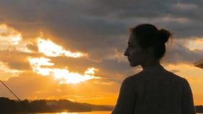 Mulher que admira o por do sol da plataforma do navio de cruzeiros Fotos de Stock Royalty Free
