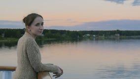 Mulher que admira a paisagem da plataforma do navio de cruzeiros após o por do sol Fotos de Stock