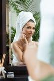 Mulher que admira sua reflexão Imagens de Stock Royalty Free