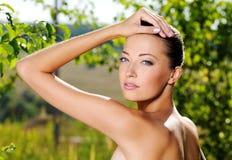 Mulher que afaga sua pele limpa fresca da face fotos de stock