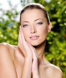 Mulher que afaga sua pele limpa fresca da face Fotografia de Stock Royalty Free