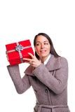 Mulher que agita seu presente Fotos de Stock