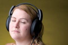 Mulher que alista à música Imagem de Stock