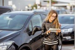 Mulher que aluga um carro fotografia de stock royalty free