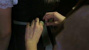 Mulher que amarra a curva na empregada de mesa da cintura filme