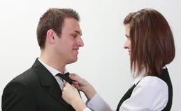 Mulher que amarra o laço do homem Imagem de Stock Royalty Free