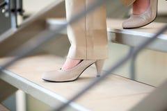 mulher que anda abaixo das escadas Fotos de Stock Royalty Free