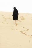 Mulher que anda acima do monte da areia fotos de stock royalty free
