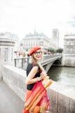 Mulher que anda com alimento francês em Paris Imagem de Stock