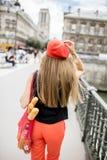 Mulher que anda com alimento francês em Paris Foto de Stock