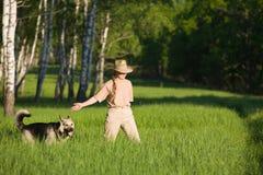 Mulher que anda com cão Fotos de Stock Royalty Free