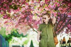 Mulher que anda em Paris em um dia de mola Fotos de Stock Royalty Free