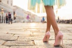 Mulher que anda em sapatas do salto alto na cidade velha imagens de stock