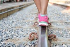 Mulher que anda em trilhas de estrada de ferro Imagens de Stock Royalty Free